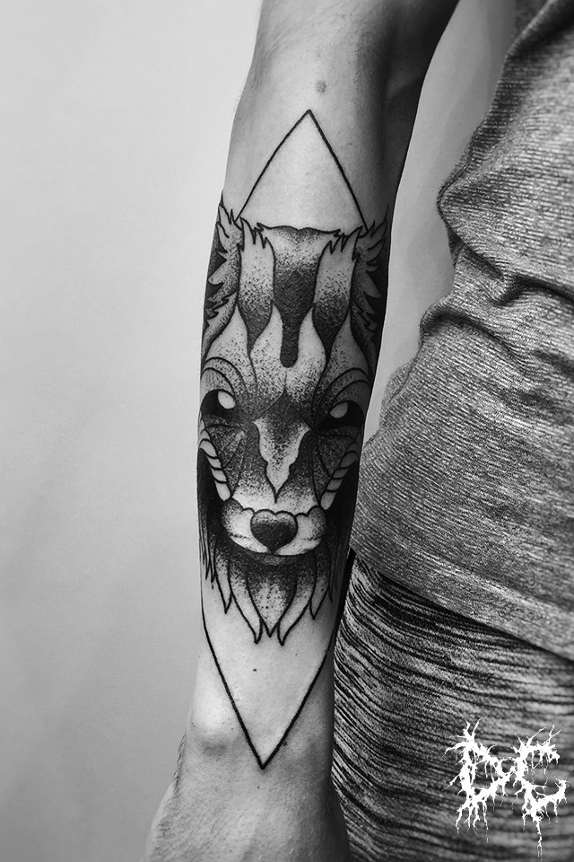Dobry Chłopiec Tattoo - tatuaż lis wilk dotwork ręka