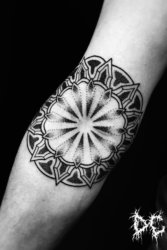 Dobry Chłopiec Tattoo Lublin - tatuaż projekt przedramię mandala dotwork